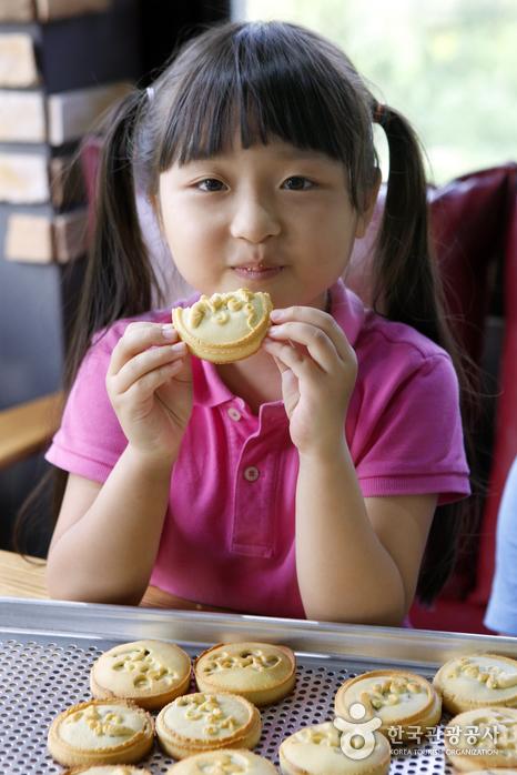 금방 구운 삽량빵을 먹는 소녀
