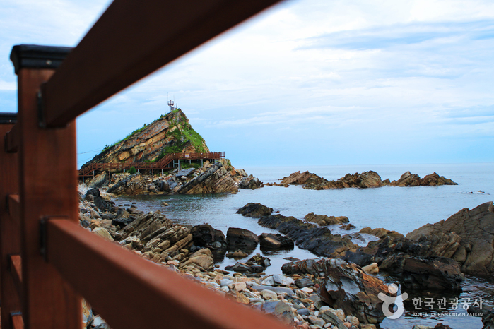바다를 향해 펼쳐진 부채 모양의 부채바위