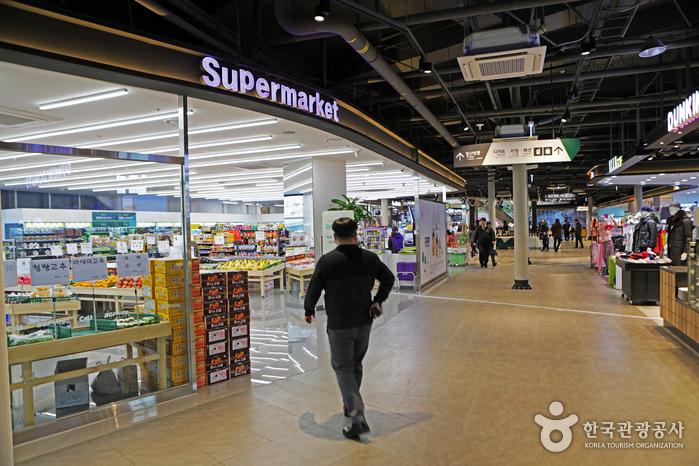 브릿지스퀘어 실내에서 영업 중인 슈퍼마켓