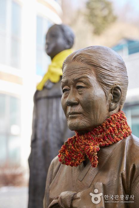 일본군 위안부 역사관 입구의 '위안부' 피해 할머니 흉상