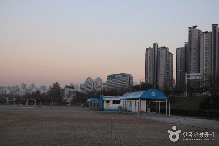 Outdoor Swimming Pools in Jamsil Hangang Park (한강시민공원 잠실수영장(실외))