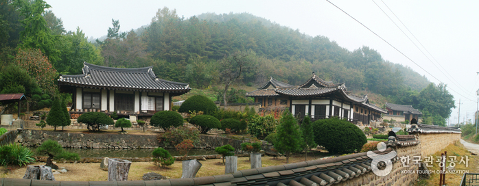 Goseongissi Tapdongpa Jongtaek (Gosoeng Lee Head Family Estate)(법흥동 고성이씨탑동파종택)