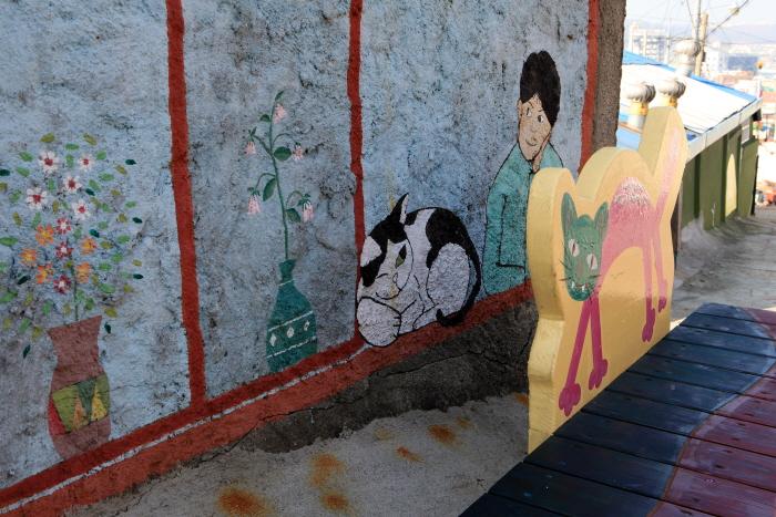 수암골벽화마을의 고양이 벽화와 의자