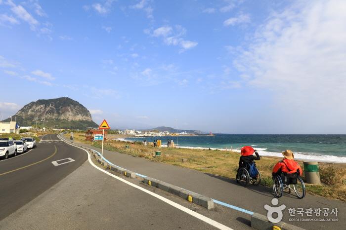 형제해안로 동쪽의 산방산과 사계 바다 풍경