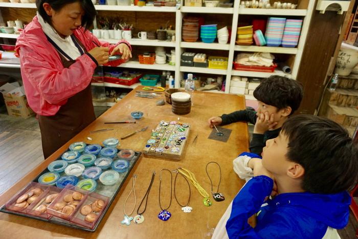해오름예술촌에서 칠보공예와 알 공예를 체험할 수 있다.