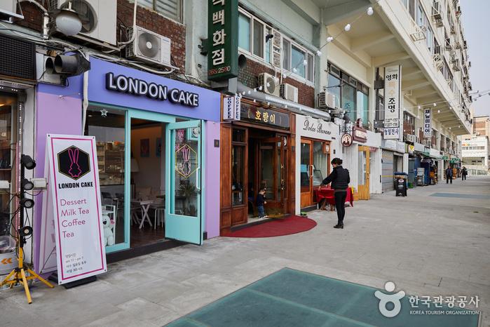 새로운 카페와 오래된 조명 가게가 나란하다.