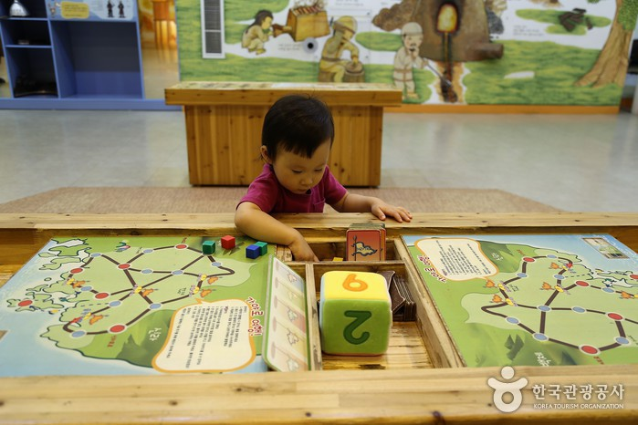 어린이박물관에서 놀고있는 아이