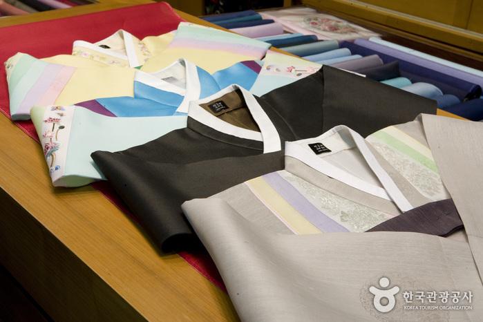 Hansoonrye Korean Traditional Clothes (한순례한복침구)
