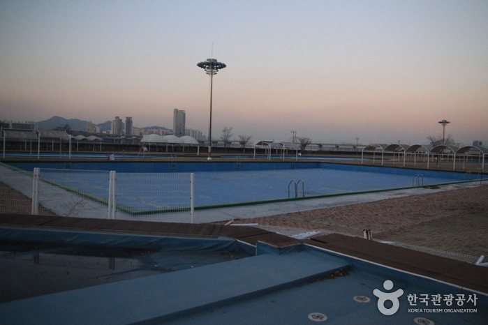 Jamsil Hangang Park Outdoor Swimming Pool (한강시민공원 잠실수영장(실외))