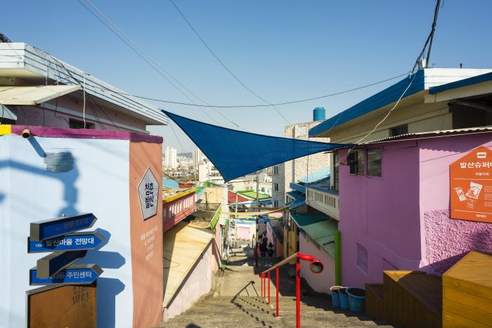 색과 글과 조형물로 마을 재생을 시도한 청춘발산마을