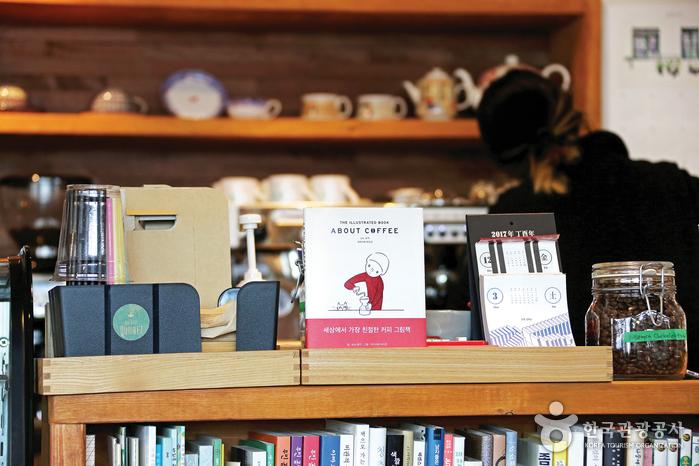 북카페 쿠아레는 편안한 분위기에서 다양한 책을 골라 볼 수 있어 혼자 찾는 사람이 많다