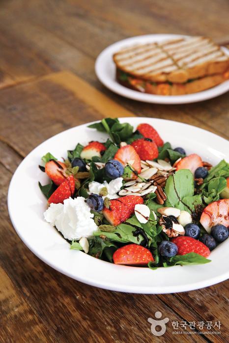 맛과 영양까지 고루 챙긴 샐러드 한 접시. 식탁에 봄을 들이는 가장 확실한 방법이다