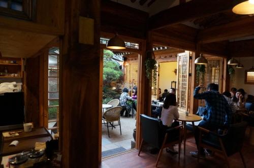 庭と茶院(뜰과다원)