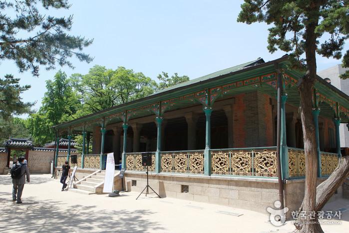 전통과 서양 건축이 더해진 정관헌. 휴식용 건물로 외교 사절들의 연회장소로도 활용됐다