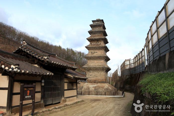 Sinsedong Chilcheung Jeontap - Sinsedong 7 stories Brick Pagoda (안동 법흥사지 칠층전탑)