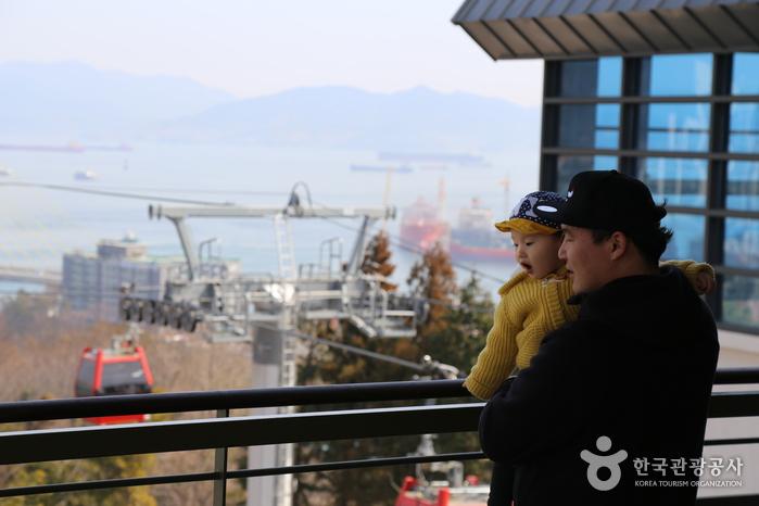 돌산공원 놀아정류장 전망대의 아이와 아빠.