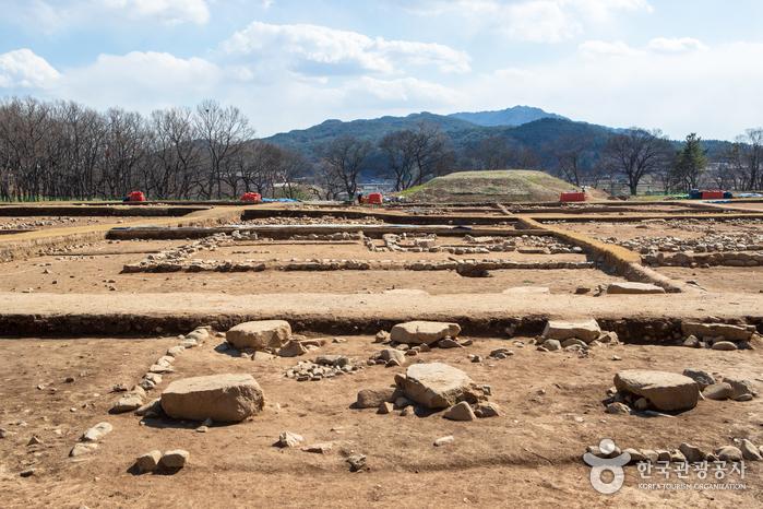 Крепостная стена Вольсон в Кёнчжу (Панвольсон) (경주 월성 (반월성))