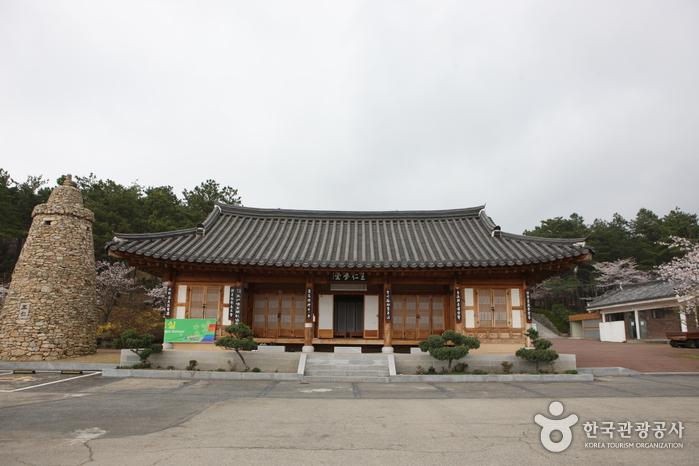 Historische Stätte des Gelehrten Wangin (왕인박사유적지)