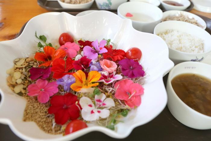 화사한 꽃밭을 이룬 허브꽃비빔밥