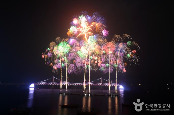 부산불꽃축제 중 한 장면, 밤하늘을 수놓는 불꽃1