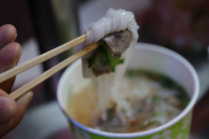 야시장에서 맛보는 베트남 쌀국수