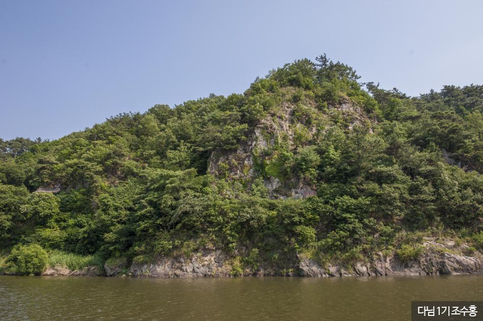 바위에 낙화암 이라고 한자로 새긴 글자가 보인다.