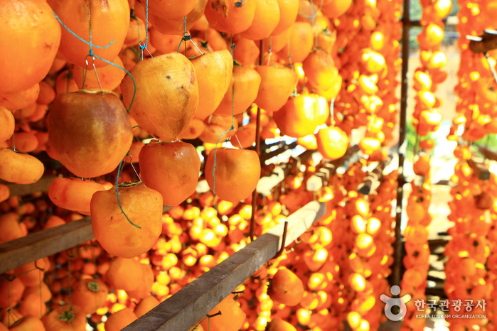 Yeongdong Dried Persimmon Sales Market (영동 햇곶감 판매장터)