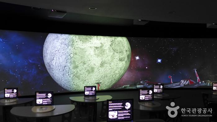 우주 함선에 올라탄 기분으로 다양한 콘텐츠를 학습할 수 있다.