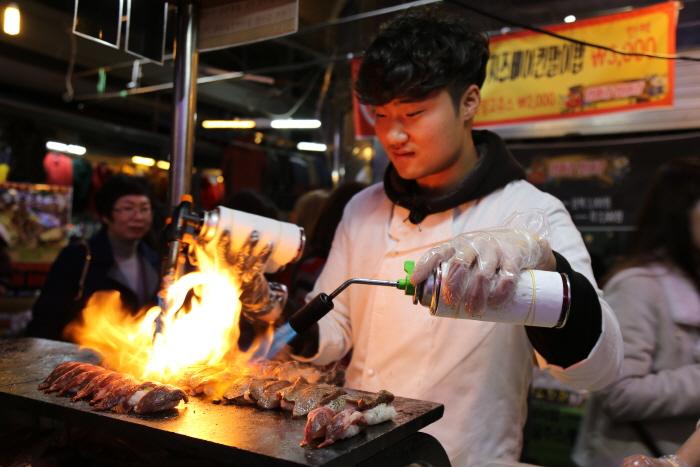 화려한 불 쇼를 보여주는 '총각네스시'의 소고기불초밥
