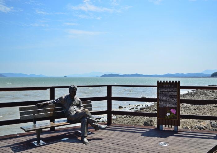 김영랑시인 동상(가우도 생태탐방로의 포토존)