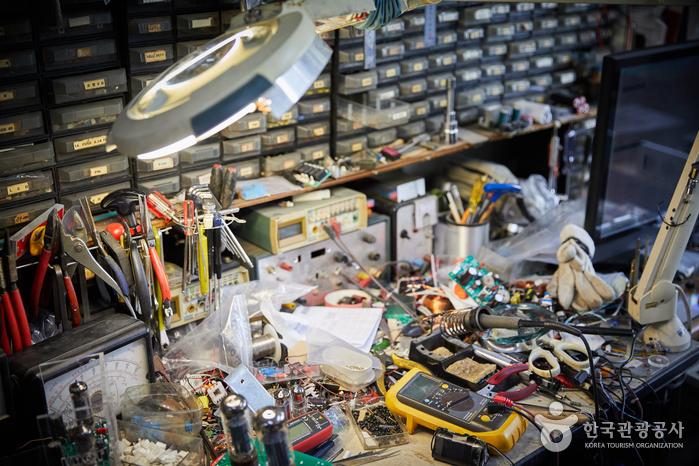 온갖 공구가 가득한 작업실 책상
