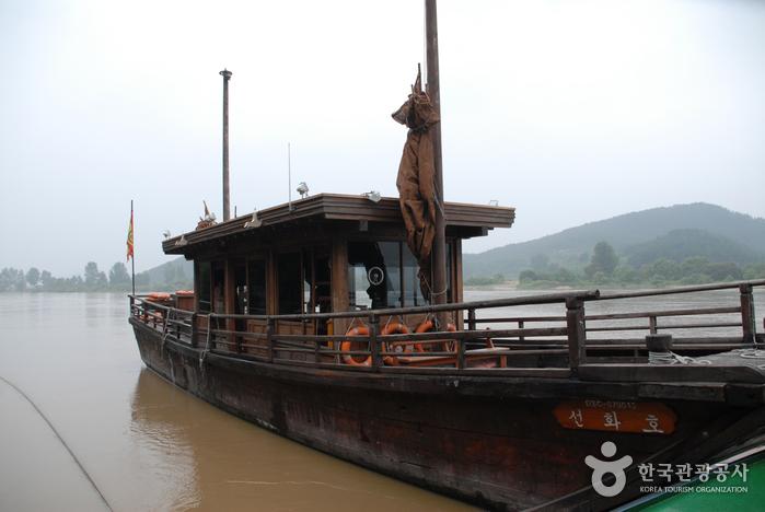 Goransa Ferry (고란사유람선)