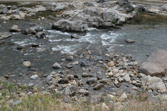 맑은 소선암계곡. 계곡에 흐르는 물은 시원하여 여름에 캠핑장을 찾은 이들에게 잠시 무더위를 잊을 수 있는 청량함을 선물한다.