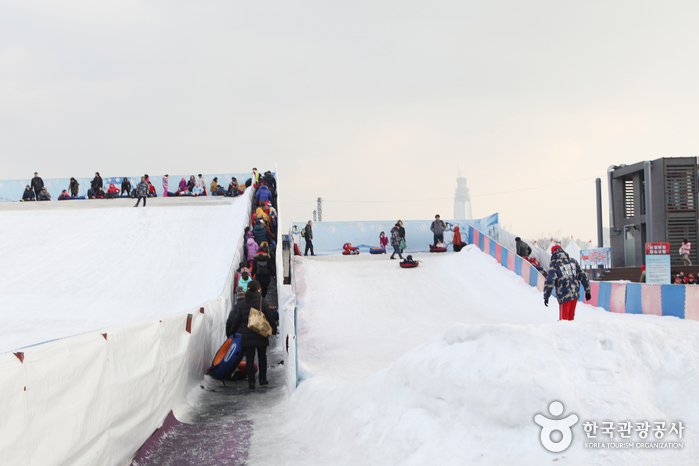 Ttukseom Hangang Park Sledding Hill (한강공원 뚝섬 눈썰매장)