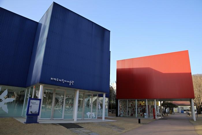 원색을 이용한 전시관 건축물