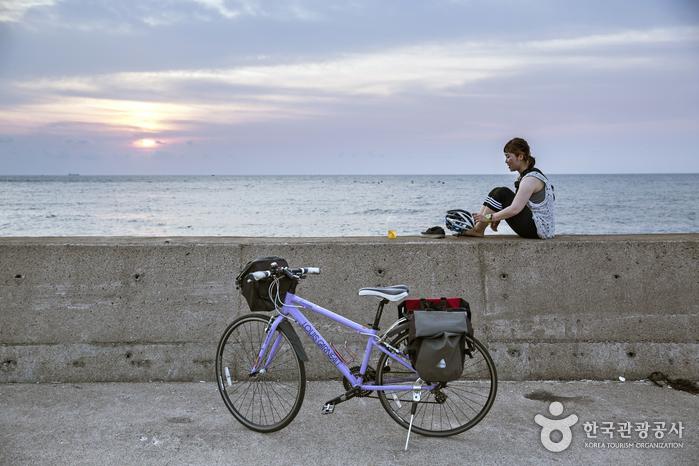 자전거 여행은 자연을 즐기는 여행이다.