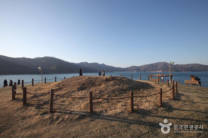 무덤 맞은편으로 보이는 곳이 몽돌해변으로 유명한 학동이다.