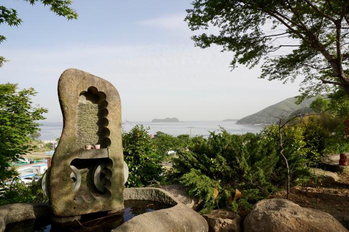 조각 작품이 아름다운 해오름예술촌 정원 멀리 다도해의 풍광이 펼쳐진다.
