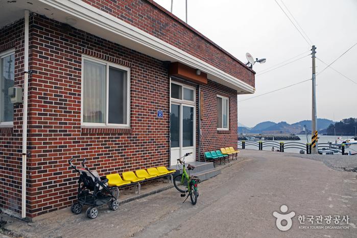적금도 어르신들이 걸어 다닐 때 주로 이용하는 유모차와 자전거