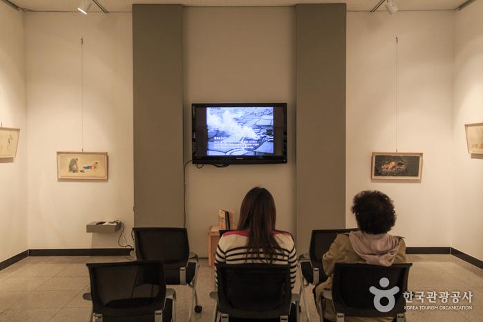 관람객들이 제주4·3사건 관련 영상을 시청하고 있다.