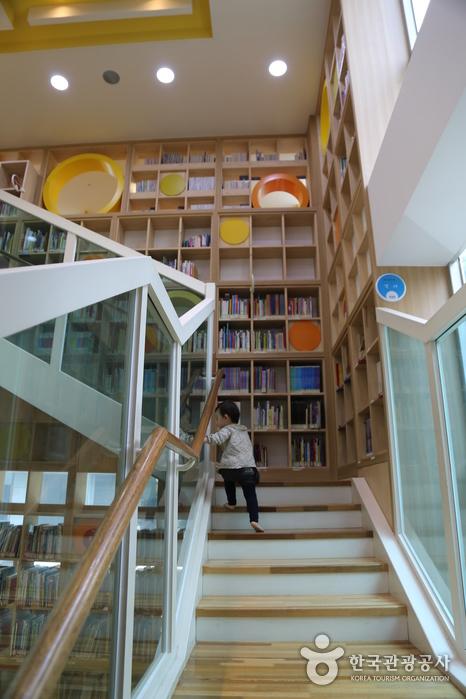 맨발로 계단을 오르내리며 마음껏 책을 볼 수 있다