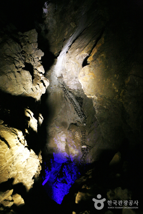 Hwaamdonggul Cave (화암동굴)