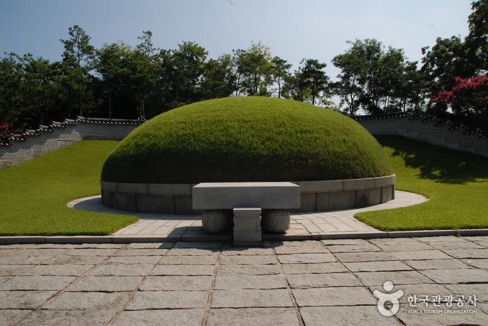 Могила 700 солдат и молельня в горах Кымсан (금산 칠백의총)5