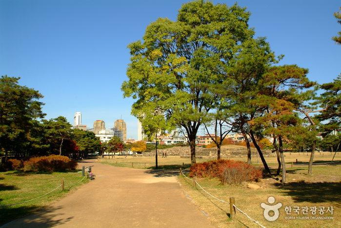 Seoul Seokchon-dong Ancient Tombs (서울 석촌동 고분군)