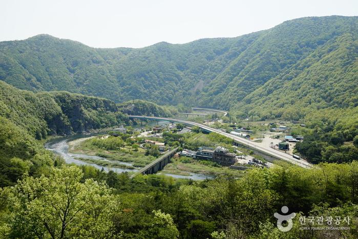 고모산성 전망대에서 내려다보이는 영강과 마을