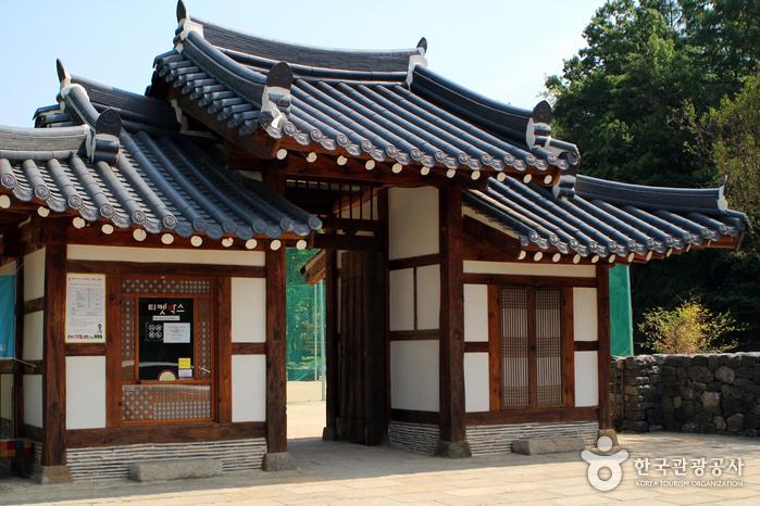 금산지구별그림책 마을 입구인 '살림대문'. 전북 고창군에 있던 재실의 대문을 옮겨왔다.