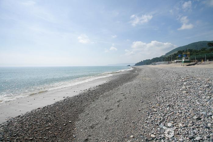 Gwanseong Solbat Beach (관성솔밭해변)