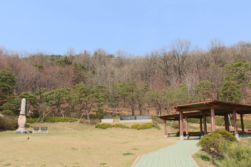 Memorial to the Loyal Dead (호국충혼위령비)