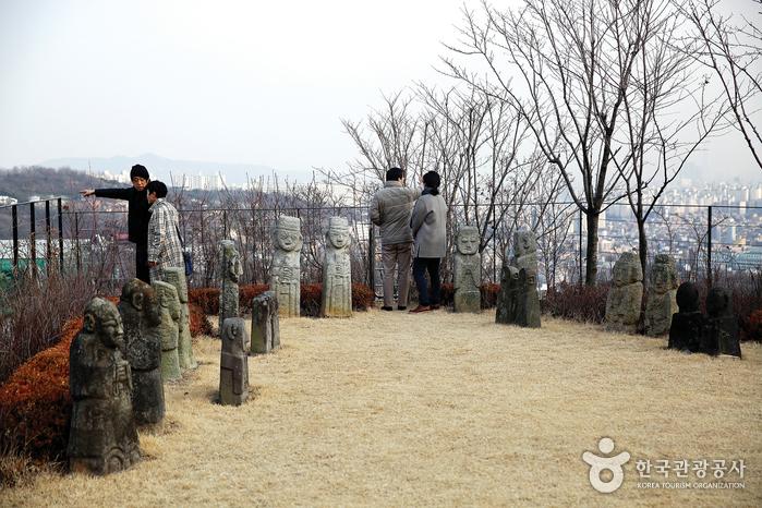 야외전시관에서는 서울 시내가 훤히 내려다보인다