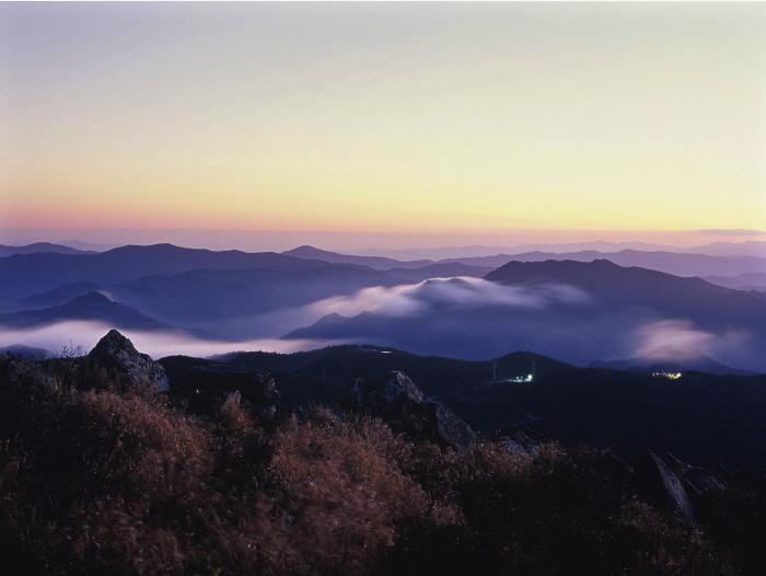 눈꽃 산행지로 유명한 함백산에 오르면 일출과 일몰을 한곳에서 볼 수 있다.